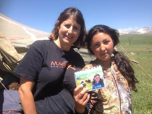 """""""קצת כמו הסיפור של הנערה האפגנית"""". אירנה ואיה בן עזרי עם התמונה שצולמה שלוש שנים קודם לכן באותו מקום (צילום: סורן ססיא)"""