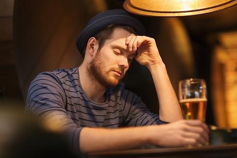 שותים לבד בבית? זו בעיה (צילום: Shutterstock) (צילום: Shutterstock)