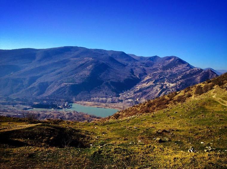 אגם חבוי בהרים שמקיפים את מצחתה (צילום: שי זדה)