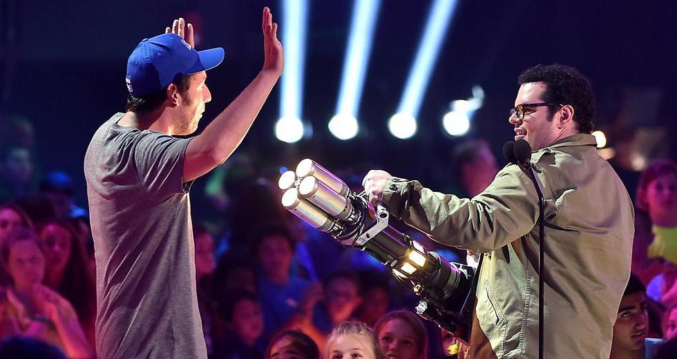 ג'וש גאד מאיים על אדם סנדלר. שלום לתמימות (צילום: GettyImages) (צילום: GettyImages)