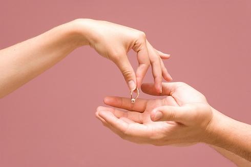 מוותרת על הטבעת ועוזבת (צילום: Shutterstock) (צילום: Shutterstock)