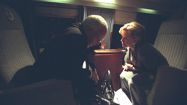 Cheney and his wife in the helicopter to Camp David (Photo:Reuters)
