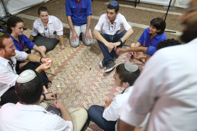 Members of secular and religious youth groups sit together in Tisha B'Av (Photo: Motti Kimchi)