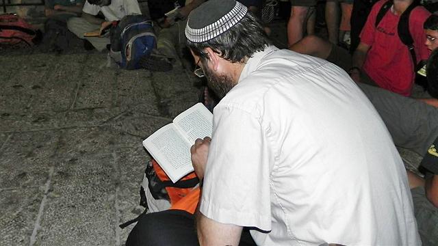Jews praying while sitting on the floor during Tisha B'Av (Photo: Ziv Reinstein)