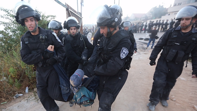 Settlers clash with police in Beit El. (Photo: Gil Yohanan) (Photo: Gil Yohanan)