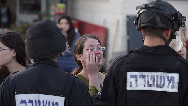 Settlers face police forces at Draynoff buildings, Wednesday (Photo: Gil Yohanan)