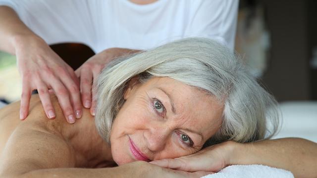 באוכלוסייה הבוגרת, העיסוי תורם להזרמת הדם וחיזוק השרירים (צילום: shutterstock) (צילום: shutterstock)