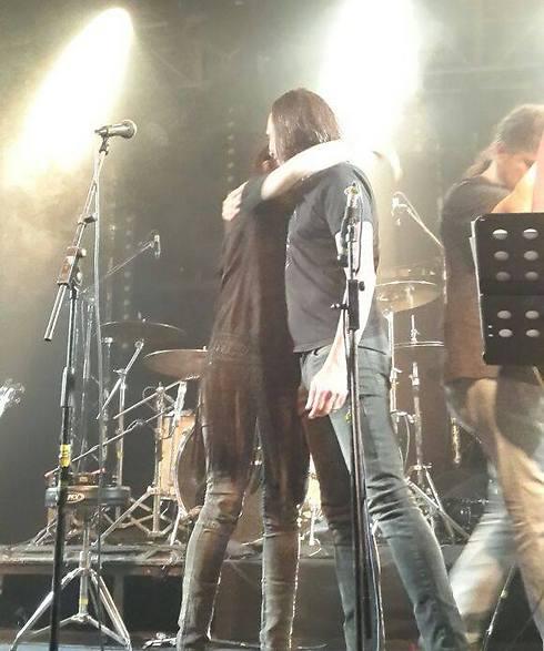 רק בשביל לקבל חיבוק. איגי וחמי על הבמה (צילום: אלכסנדרה לוקש) (צילום: אלכסנדרה לוקש)