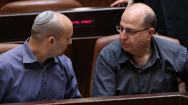 השרים יעלון ובנט (צילום: אלכס קולומויסקי) (צילום: אלכס קולומויסקי)