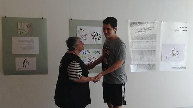 איל וסבתו בפתיחת התערוכה (צילום: באדיבות המשפחה) (צילום: באדיבות המשפחה)