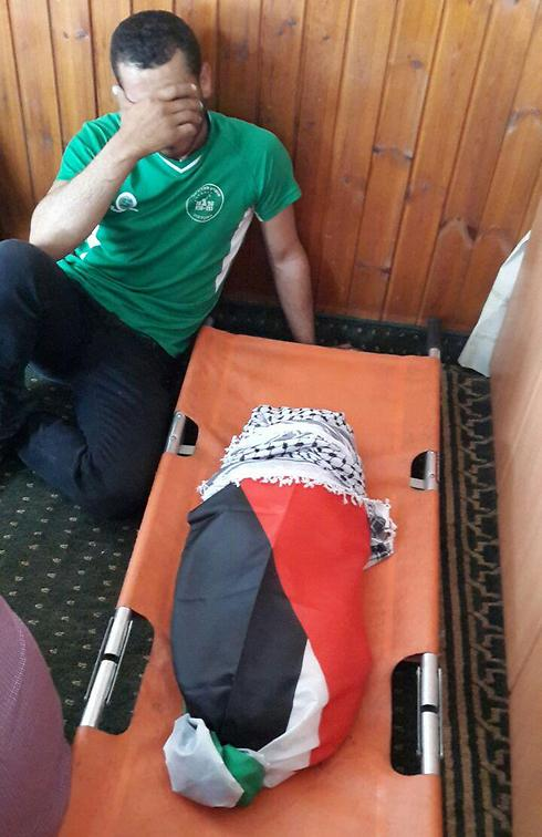 גופת התינוק, בתחילת מסע הלוויה (צילום: מוחמדשנאוי) (צילום: מוחמדשנאוי)