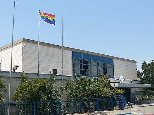 דגל הגאווה שנתלה מעל בית הספר התיכון של הנערה (צילום: מוחמד שינאווי) (צילום: מוחמד שינאווי)