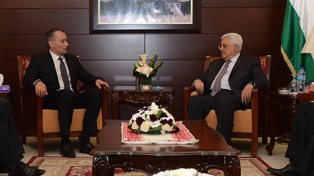 מלדנוב בפגישה עם אבו מאזן (צילום: AFP PHOTO/ PPO / OSAMA FALAH)