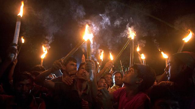 אזרחים, סוף סוף. חוגגים עם לפידים בליל שישי (צילום: AFP) (צילום: AFP)