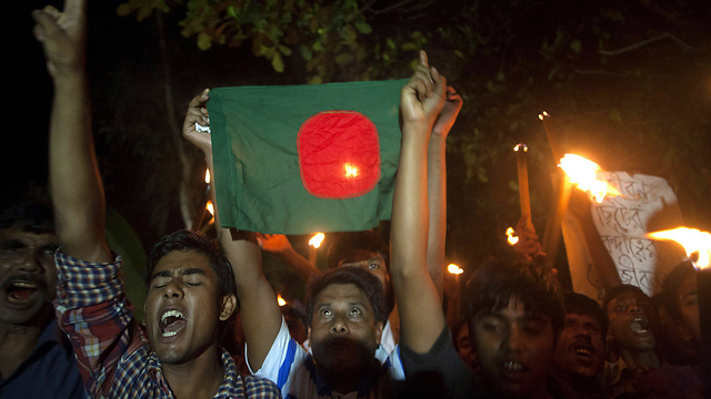 מניפים את דגל בנגלדש במובלעת הודית לשעבר בסוף השבוע (צילום: AFP) (צילום: AFP)