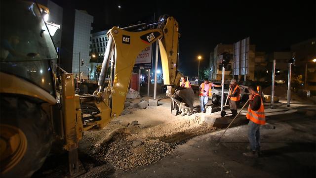 תחילת עבודות הרכבת הקלה, אמש. איך הן ישפיעו על השכירות? (צילום: מוטי קמחי) (צילום: מוטי קמחי)