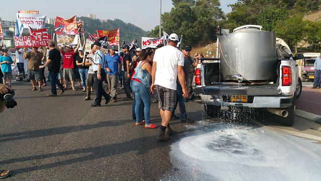 שופכים חלב על הכביש בצומת יקנעם (צילום: ג'ורג' גינסברג) (צילום: ג'ורג' גינסברג)