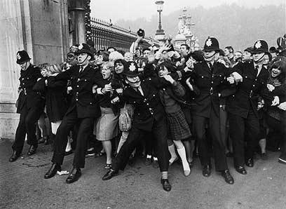 """""""הופעות שגרמו להשתוללות המונית של בני נוער"""". מעריצות בריטיות מדגימות ביטלמאניה (צילום: gettyimages) (צילום: gettyimages)"""