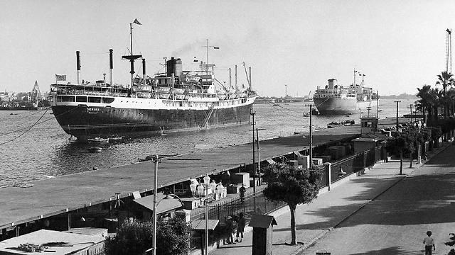 ספינת משא יוונית הייתה הראשונה לעבור בתעלה בליווי מצרי (צילום: AP) (צילום: AP)