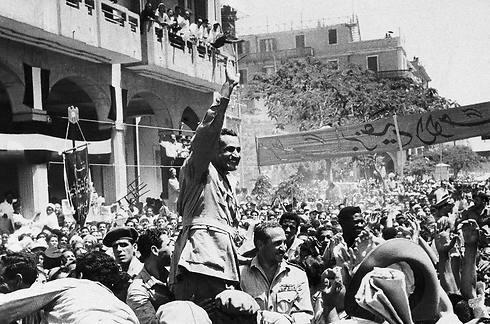 הנשיא נאצר ואלפי תומכים לאחר ההכרזה על הלאמת התעלה (צילום: AP) (צילום: AP)