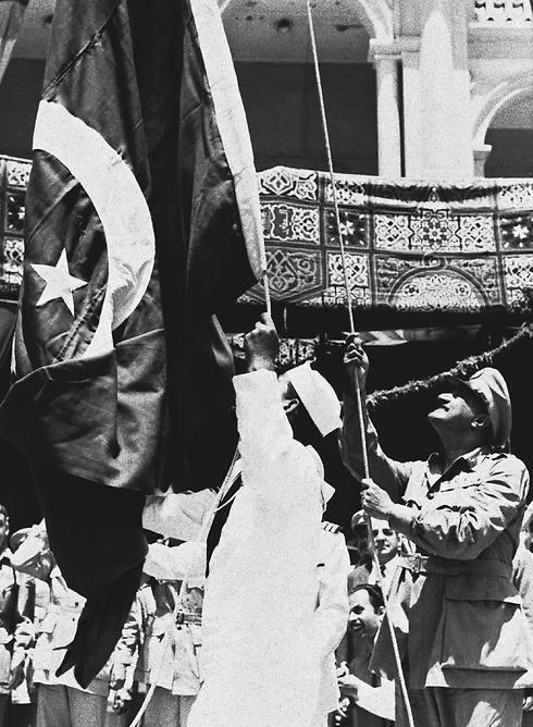 נשיא מצרים מניף את הדגל בפורט סעיד, 1956 (צילום: AP) (צילום: AP)
