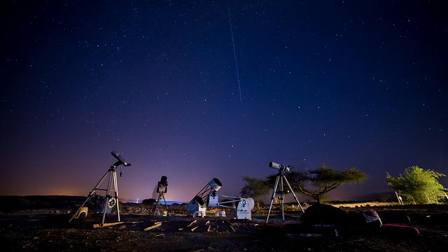 """צופים בכוכבים במצפה רמון (צילום: יובל פדר, """" הדובה הגדולה"""")"""