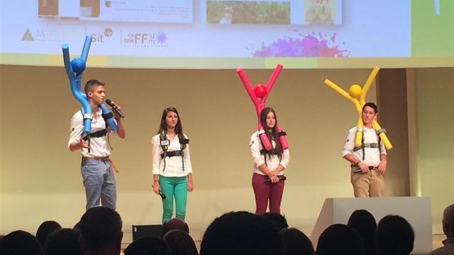 מציגים את המוצר על הבמה ()