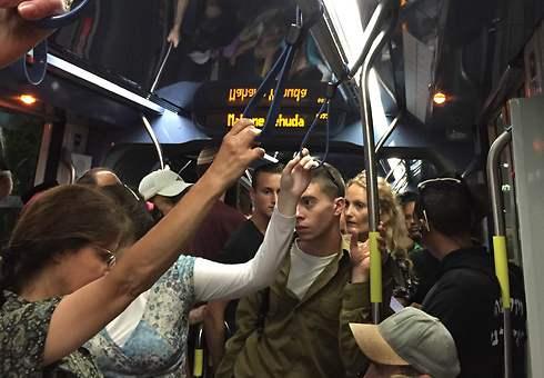 נוסעים ברכבת הקלה. קהל שבוי (היפא ברהום) (היפא ברהום)
