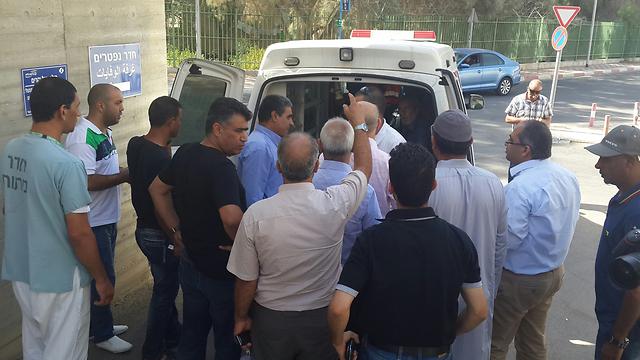 פינוי גופתו של סעד דוואבשה הבוקר מבית החולים סורוקה (צילום: רועי עידן) (צילום: רועי עידן)