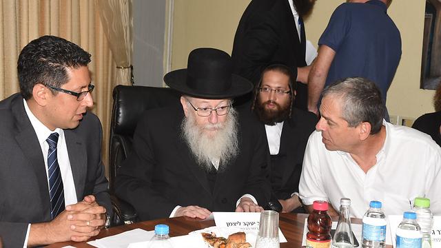 מימין: גיורא זלץ ראש מועצת גליל עליון, ליצמן וראש עיריית צפת אילן שוחט  (צילום: אביהו שפירא) (צילום: אביהו שפירא)