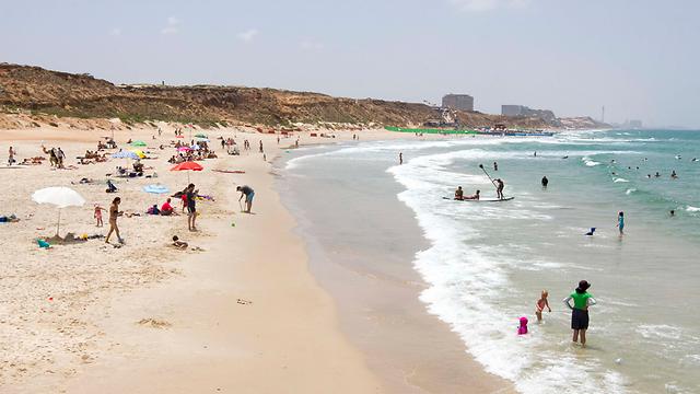 חוף הרצליה. הגדרות ברקע התמונה (צילום: עידו ארז)
