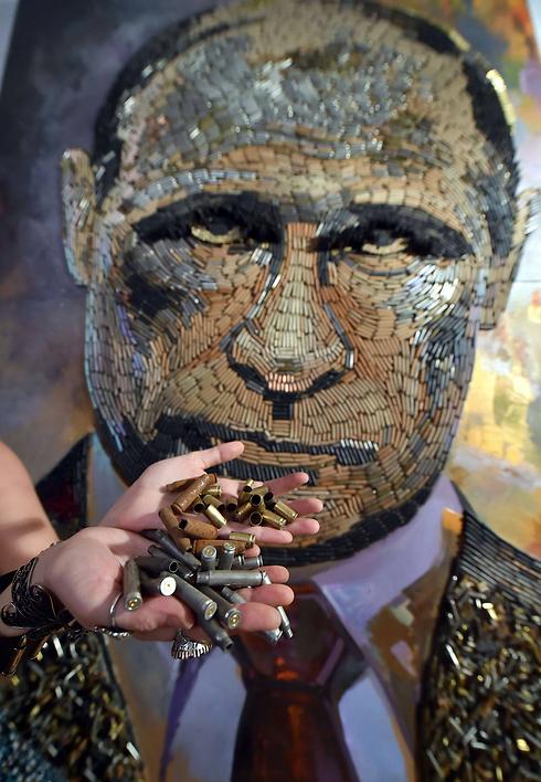 פוטין העשוי קליעים (צילום: AFP) (צילום: AFP)