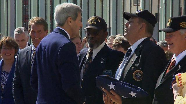 קרי בשגרירות לצד הדגל שיונף (צילום: EPA) (צילום: EPA)