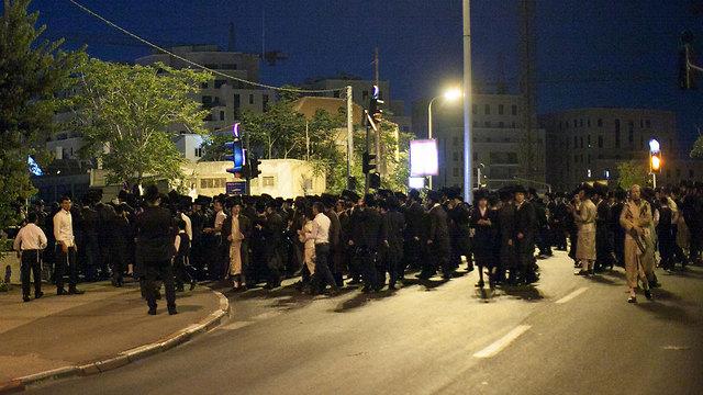 מאות נגד פתיחת מתחם הקולנוע בשבת, הערב בירושלים (צילום: אוהד צויגנברג, ידיעות אחרונות) (צילום: אוהד צויגנברג, ידיעות אחרונות)