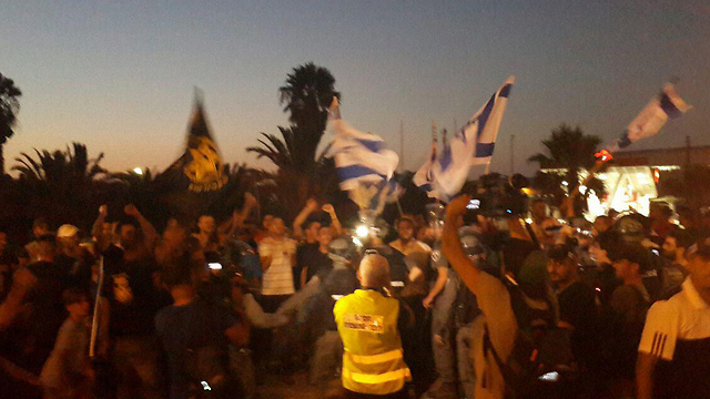 Protesters face off Sunday at Ashkelon Junction. (Photo: Matan Tzuri) (Photo: Matan Tzuri)