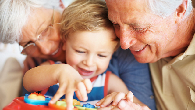 סבים, סבתות ונכדים: לא רק בייביסיטר (צילום: shutterstcok)