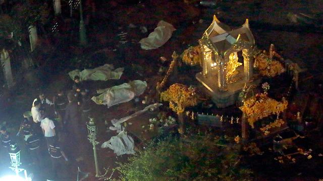 המקדש הערב ולצדו גופות חלק מההרוגים מכוסות (צילום: EPA) (צילום: EPA)