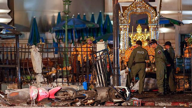 מקום הפיגוע, ליד המקדש  (צילום: EPA) (צילום: EPA)