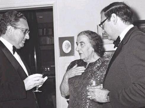 """מימין: השגריר לשעבר שמחה דיניץ, גולדה מאיר והנרי קיסינג'ר בשנת 1973 (צילום: משה מילנר, לע""""מ)"""