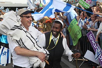 הרולד בורנשטיין עם ספר התורה מניו-יורק (למעלה) לקבלת הפנים הנרגשת בישראל (צילום:  מוטי קמחי) (צילום:  מוטי קמחי)