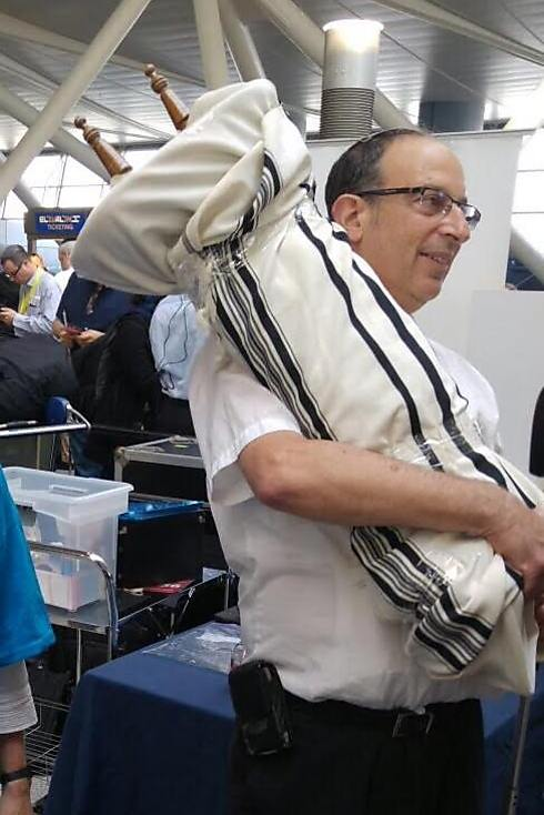 Oleh bringing a Torah scroll to Israel (Photo: Moshe Glantz)