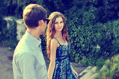 היא לבשה שמלה קיצית למרות שכבר היה קריר (צילום: Shutterstock) (צילום: Shutterstock)