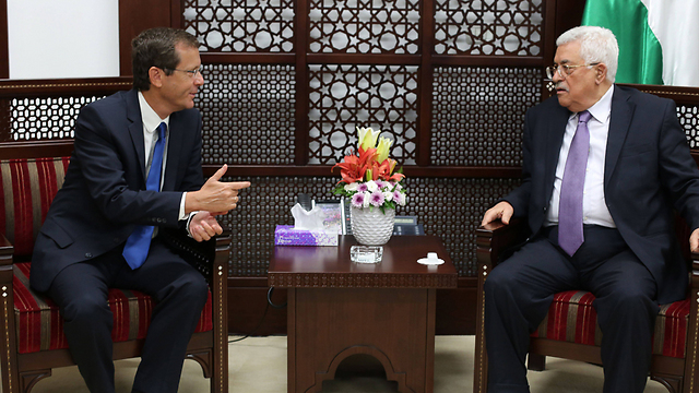 Herzog and Abbas meet in Ramallah (Photo: AFP)