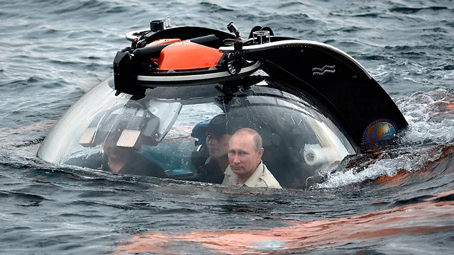 Vladimir Putin in a submarine in Crimea (Photo: MCT)