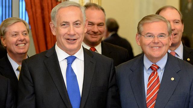 כישלון להסברה הישראלית. נתניהו עם הסנטאור דמוקרטי רוברט מננד (צילום: EPA) (צילום: EPA)