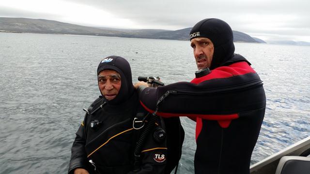 אדם ועמוס (שמאל). מתכוננים לשחייה עם דוב הקוטב בים (צילום: יונתן ניר) (צילום: יונתן ניר)