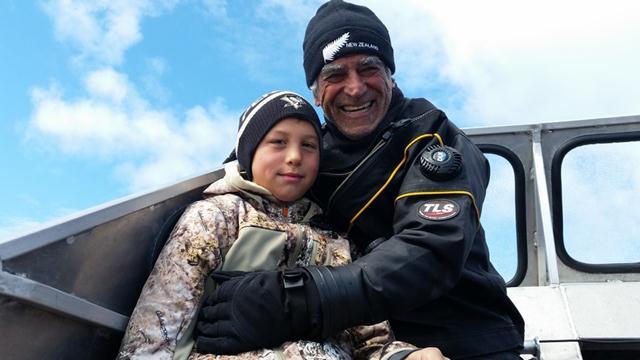 עמוס נחום וליאו קולוג'אק בן ה-12. דור העתיד של האינואיטים (צילום: יונתן ניר) (צילום: יונתן ניר)