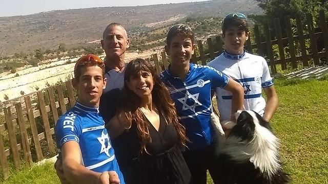 משפחת גולדשטיין בהרכב מלא. גם בנות הזוג של הבנים רוכבות איתם