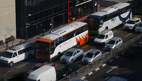 אוטובוסים נאלצים להעלות נוסעים הרחק מהמדרכה ()