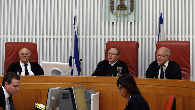 השופט אליקים רובינשטיין (במרכז) בבית המשפט העליון (צילום: AFP) (צילום: AFP)